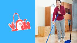 Faire le ménage : une femme Senior balaie chez elle