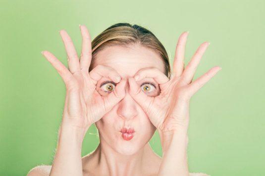 Une femme en manque de sommeil entoure ses yeux de ses doigts