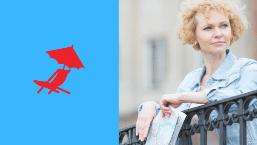 Une femme de 50 ans seule avec une carte routière à la main